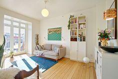 Det ene af to værelser i en 2-værelses lejlighed i Aarhus C, der lige nu er til salg ved Danbolig i Aarhus. Læs mere på www.lejlighediaarhus.dk.