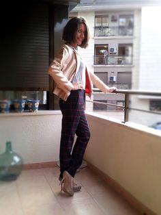 outfit con el modelo sophisticated de la colección isntinto by isabella. Pantolon de cuadros, blazer, camiseta basic, plataforma,colgante cadena de capricho´s isabella