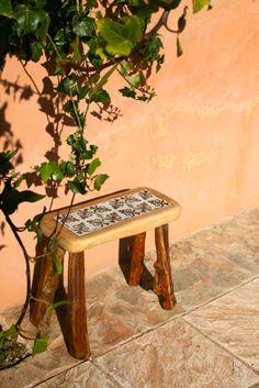 taburte de pino con 3 azulejos y patas de sabina http://ibitabu.blogspot.com.es/