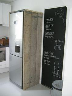 Mooi, steigerhouten planken om de koelkast en een groot krijtbord ernaast #libelle en @Susan de Bruijn