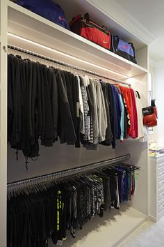 Kardashian & s Closet Designer has a rule for organizing . Khloé Kardashian & s Closet Designer has a rule for organizing .,Khloé Kardashian & s Closet Designer has a rule for organizing . Casa Da Khloe Kardashian, Khloe Kardashian Workout, Master Closet, Closet Bedroom, Huge Closet, Organizar Closet, Celebrity Closets, Celebrity Style, Luxury Closet