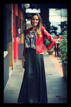 A saia longa combinada com uma jaqueta de couro deixa o look ainda mais moderno.