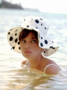 Leslie Caron by Leo Fuchs 1964 Old Hollywood, Hollywood Glamour, Classic Hollywood, Divas, Mitzi Gaynor, Leslie Caron, Beautiful Cupcakes, Joan Crawford, Old Movies