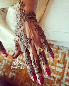 Henna for mother of the bride! I love when my clients appreciate my work enough to hire me again and again for their family weddings! This particular lady I met when I first moved to Chicago 5 yrs ago and I did henna for her eldest daughter's engagement ceremony...last week I did henna for her younger daughter's engagement! Time flies when you #lovewhatyoudo Sincere thank you to all my clients who give me tgis opportunity to do what I love!  #hennacraze #indian #pakistani…