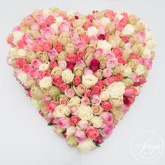 Trouwauto decoratie van rozen - Ansje Priem bloemen - http://www.trouwfotografiefreya.nl/real-weddings/boerenbruiloft-trouwring-wedding/
