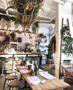 Known for its skyscrapers, brownstone townhouses, and endless entertainment options, New York is also a mecca for vegan food. Coffee Shop Interior Design, Coffee Shop Design, Cafe Design, Cute Coffee Shop, Restaurant Design, Deco Restaurant, Organic Restaurant, Deco Cafe, European Cafe