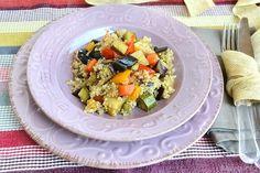 Questa quinoa con verdure è un piatto vegetariano semplice, saporito e versatile, in quanto la si può abbinare alle verdure di stagione preferite. Calda è molto buona,