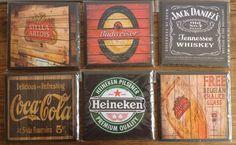 Produto em MDF com estampas diversas sobre marcas de bebidas.