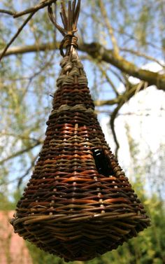 cone sapin vannerie - Google Search Willow Weaving, Basket Weaving, Flax Fiber, Traditional Baskets, Paper Weaving, Rattan Basket, Weaving Projects, Pine Needles, Wire Art