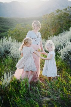 Beautiful Hillside Family Photos by Lori Romney Photography - Beauty and Lifestyle Mommy Magazine Family Posing, Family Portraits, Family Photos, Children Photography, Family Photography, Mother Daughter Pictures, Mother Daughter Photography, Beauty Photography, Photo Sessions
