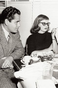 Retro baby bangs, tapered and worn sideswept. Glenn Ford and Bette Davis on a lunch break from filming A Stolen Life, 1946 Old Hollywood Stars, Golden Age Of Hollywood, Vintage Hollywood, Classic Hollywood, Vintage Vogue, Hollywood Glamour, Vintage Ladies, Classic Actresses, Classic Movies