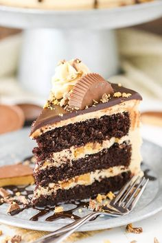 This Peanut Butter Chocolate Layer Cake recipe is made with layers of moist chocolate cake, peanut butter frosting and chopped Reese s peanut butter cups! It s rich, delicious and so fun! Peanut Butter Desserts, Chocolate Peanut Butter, Peanut Butter Cake Filling, Layer Cake Recipes, Dessert Recipes, Cupcakes, Cupcake Cakes, Chocolate Drip Cake, Melt Chocolate