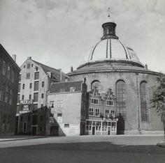 Kattegat met de Ronde Luterse kerk met links de ingang van de Koggestraat en tussen de kerk en naastliggend pandje de Ossenspooksteeg.