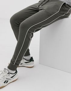 ASOS DESIGN skinny joggers with piping in khaki at ASOS. Shop this season's must haves with multiple delivery and return options (Ts&Cs apply). Jogger Pants Style, Mens Jogger Pants, Sport Pants, Joggers Outfit, Sweatpants, Hang Ten, Track Pants Mens, New T Shirt Design, Skinny Joggers