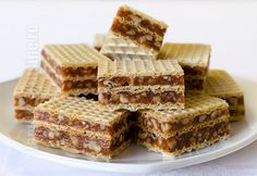 Prajitura in 5 minute cu foi de napolitane Desserts With Biscuits, Mini Desserts, No Bake Desserts, Just Desserts, Romanian Desserts, Romanian Food, Cream Cheese Flan, Condensed Milk Cake, Waffle Cake