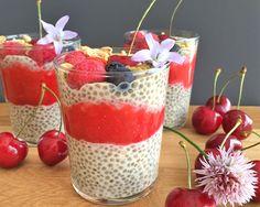 Chia Pudding à la vanille, coulis de fraises et fruits rouges