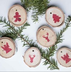 Create beautiful and rustic wood slice ornaments with a bit of red glitter. Great to decorate your home, Christmas tree or gift bags!