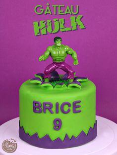Il est grand, fort et vert, c'est… c'est… ? Mais non pas le géant vert. Ohlala, il a une tête à cultiver le maïs notre héros ? C'est l'incroyable Hulk bien sûr. J'espère que vos petits garçons n'ont pas entendu … Suite Hulk Birthday Cakes, Hulk Birthday Parties, Hulk Cakes, Batman Cakes, Geek Cake, Cake Lego, Incredible Hulk Party, Tooth Cake, New Year's Cake