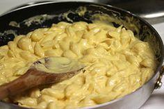 Ingredientes:  - 500gr de macarrão tipo conchas médias   - ¼ xícara de manteiga  -  ¼ xícara de farinha  -  ½ colher de chá de sal  -  1 pitada de pimenta preta  -  2 xícaras de leite  -  2 xícaras de queijo cheddar ralado  - cebolinha verde (opcional)