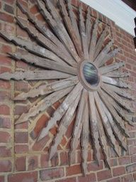 heirloom philosophy: The Outside Room: recycled fence slats make up this beautiful sun for garden art. I would paint it different shades of yellows like a sunflower and put on an barn or shed. Garden Crafts, Garden Projects, Garden Art, Fence Garden, Yard Fencing, Garden Deco, Garden Stakes, Backyard Fences, Diy Craft Projects