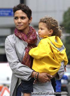 #HalleBerry Wears An Ornate #CrimsonScarf To Pick Up Nahla