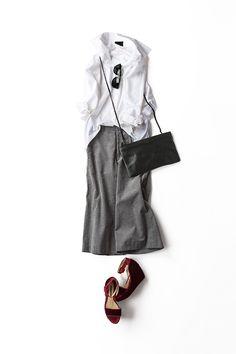 kk-closet | 2015-08-31 今のシルエットで楽しむ白シャツのスタイル クラシックなものよりリラックスできる白シャツが着たいなあ、というとこから発想したコーディネート。スキニーパンツもいいんだけど、こんなふうにガウチョパンツでゆるゆるシルエットで楽しむのが今着たい感じ。でも、合わせる小物はパイソンだったりベロアだったりエレガントなもの。それに、赤い色をひとつ。ラフ過ぎず、女っぽ過ぎず、決まりきってないシルエットが気分。