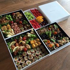 一大イベントの運動会!!みなさん、どんなお弁当を作っているのでしょうか??ちょっとのぞき見しちゃいましょう♡どのお弁当もカラフルでとっても美味しそうですよ~!!内容や盛り付けがとても参考になります。 Japanese Lunch, Japanese Food, Food To Go, Food And Drink, Bento Box Lunch For Adults, Food Art Bento, Asian Recipes, Healthy Recipes, Picnic Foods