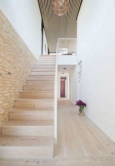 Bright and airy look with this staircase in light wood with a white railing. A beautiful sight. Danish Interior, Modern Home Interior Design, Interior And Exterior, Concrete Stairs, Villa, Modern Stairs, Floating Stairs, Scandinavian Home, Farmhouse Design
