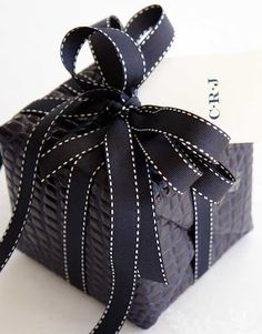 Carolyne Roehmin an all black gift wrap presentation that has a really masculine appearance! Creative Gift Wrapping, Creative Gifts, Wrapping Ideas, Roger Vivier, African Pottery, Betty Draper, All Black, Black And White, Advent Candles