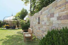 Gardenplaza: Garten mit Charakter - Ausgefallene Mauersysteme strukturieren den grünen Bereich (Foto: epr/braun-steine) Patio, Outdoor Decor, Home Decor, Green Living Rooms, Wood Stone, Garden Cottage, Environment, Round Round, Stones