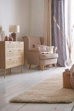 Entspannung pur! 😍 Auf diesem bequemen Ohrensessel lässt es sich super relaxen. Wie wäre es mit einem guten Buch oder einer Zeitschrift? Der Sessel sorgt für ruhige Stunden im Schlafzimmer und tolle Wohlfühlmomente. Mach Dein Zuhause schön und entdecke unsere Inspirationen. #bonprix #onlineshop #shopping #wohnen #living #wohnideen #interiordesign #details #inspiration #schlafzimmer #bedroom #aesthetics #wohnzimmer Interiordesign, Super, Interior Inspiration, Accent Chairs, Beige, Furniture, Home Decor, Bedroom, Living Room