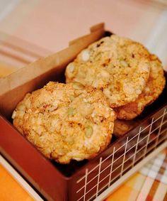Det här receptethittade jag under en skattjakti min mors stora röda kökspärm. I den förvarar hon alla sina kakrecept nedklottrade på hundratals små lappar, kaosartat intryckta i stora plastfickor – enligt henne själv ett mycket lätthanterligt system. Hennes variant av frökakor har kokos som bas, m Cookie Desserts, Cookie Recipes, Dessert Recipes, Bagan, Biscuit Cookies, No Bake Cookies, Gluten Free Recipes, Baking Recipes, Food Goals