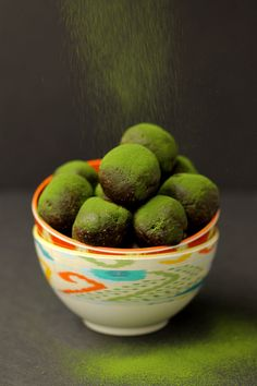Chocolate Matcha Energy Balls + An Energy Ball Round-Up from The Healthy Maven - If you love Snack Bites and Energy Balls, you've absolutely gotta check this out! Green Tea Recipes, Raw Food Recipes, Healthy Energy Ball Recipe, The Healthy Maven, Snacks Saludables, Protein Bites, Protein Energy, Whey Protein, Green Tea Powder