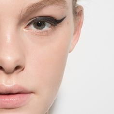 gel-liner-eyeliner-shade-slideshow-02-mac-blacktrack
