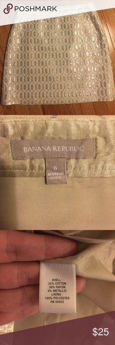 """Banana Republic size 6 skirt Another really cute cream and silver skirt from Banana Republic. It is size 6 and lined.  I believe I only wore this a few times. Measures 14.5"""" across at the waist and 18"""" in length.   Thanks for looking! Let me know if you need additional pictures of information ☺️☺️☺️ Be sure to check out my other listings as well! Banana Republic Skirts Pencil"""