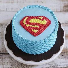 Bolo original e bem criativo para festa: Super-Homem. Estilo de bolo que está se utilizando muito. . By: @ivenoven #DentroDaFesta