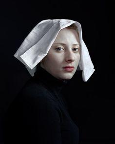 Hendrik Kerstens - fotografeert zijn dochter, en probeert de foto een sfeer uit te laten stralen van vroeger, door haar bepaalde kleding en accessoires te laten dragen. Kijk maar eens goed wat het is!