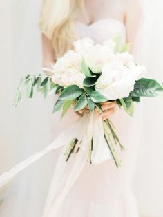 Chic white wedding bouquet