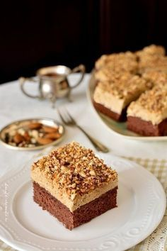 Cake with Instant Coffee Cream. Cocoa sponge cake instant coffee cream and crunchy almonds. Delicious easy to make at home with natural ingredients. Sweets Recipes, Cookie Recipes, Food Cakes, Cupcake Cakes, Cupcakes, Caramel, Romanian Desserts, Individual Desserts, Sweet Pastries