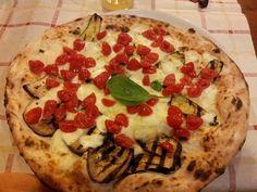 pizza con mozzarella di bufala dop, pachino, melanzane e zucchine