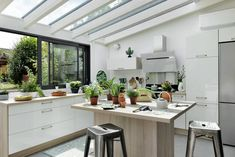 Cuisine sous véranda : une idée pour agrandir la maison - Joli Place Kitchen Dining, Dining Room, Interior Design Kitchen, Sweet Home, New Homes, Loft, House, Furniture, Home Decor