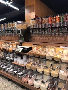 The order and visuals of foods and cereals 😍 - Nicole Cegarra y Freese - conscious Shop Interior Design, Cafe Design, Retail Design, Store Design, Zero Waste Grocery Store, Bulk Store, Supermarket Design, Bokashi, Spice Shop