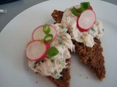 Makrelrillette med nye radiser og ristet rugbrød