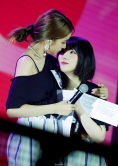 Sowon and her Eunha! Kpop Girl Groups, Korean Girl Groups, Kpop Girls, G Friend, Bts And Exo, Lesbian Love, Popular Music, Girls Generation, South Korean Girls