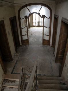 Corridoio Love the style of the art nouveau doorway with the glass and detailing. Abandoned Property, Old Abandoned Houses, Abandoned Castles, Abandoned Mansions, Abandoned Buildings, Abandoned Places, Old Houses, Beautiful Buildings, Beautiful Homes