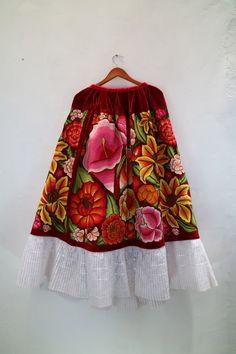 Falda bordada, manos Oaxaqueñas. Ropa Vintage de Shkaála de Micaela, Oaxaca, México