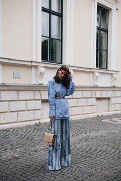 Nina Schwichtenberg trägt einen Mustermix mit einer One Shoulder Bluse, Michael Kors Palazzo Hose und Marc Jacobs Trouble Bag. Mehr auf www.fashiioncarpet.com