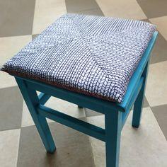 Precioso cojín para silla. Dos bonitos diseños en un solo cojín para que elijas el que más te guste, por un lado la auténtica silla de paja y por el otro nuestra particular versión con un diseño sencillo y monocromo.  --------------------------------------  CARACTERÍSTICAS: Cojín con relleno incluido.  Medidas del cojín: - 37 x 37 cm. - 31 x 31 cm. - 26 x 26 cm.  - 100% poliéster - Lavar a máquina max 30º - No usar lejía - Planchar máximo 110º