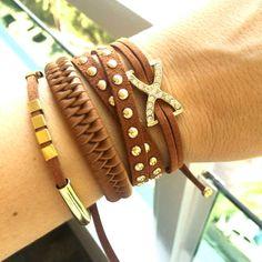 Conjunto com 4 pulseiras confeccionadas em camurça e couro ecológico.  Ref: P158102