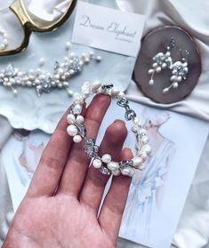 Свадебные украшения, Серьги в Instagram: «Все чаще невесты спрашивают про браслеты, а в моем профиле их не так уж много🤔⠀ ⠀ Буду исправляться😎 Все браслетики можно найти по хэштегу…» Flower Bracelet, Pearl Bracelet, Crystal Bracelets, Jewelry Bracelets, Wedding Bracelet, Bridal Accessories, Pearls, Crystals, Wedding Wristlet